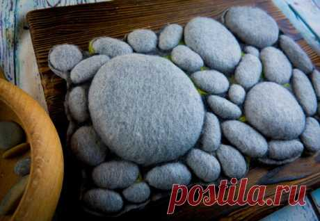 Коврик - грелка из настоящих камней | Живые Вещи | Пульс Mail.ru Увидела это чудо на зарубежном сайте и решила сделать. Соединила гальку и ткань - получилось так здорово, что даже кот оценил