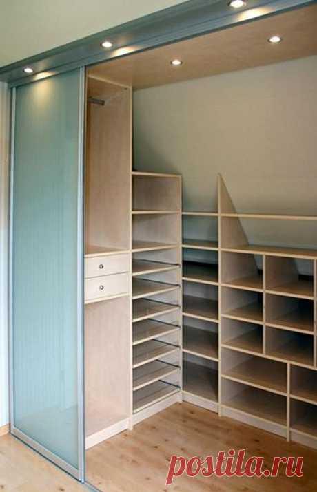 Foto: inloopkast, niet groot maar wel handig gebruik gemaakt van schuine wand. Geplaatst door sdikken op Welke.nl