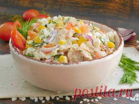Салат с тунцом и помидорами Вкусный пикантный салат с тунцом и помидором. Изюминкой является добавление маринованного красного лука. Его вкус отлично дополняет нежные рыбные консервы, а помидор придает блюду сочность. Салат обеспечивает долгое ощущение сытости, но в то же время он очень легкий. Этот рецепт является частью большой подборки рецептов - салаты с тунцом.
