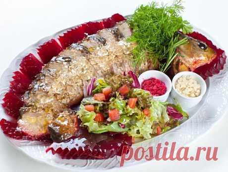 Карп кошерный в рубиновом желе – трудоемкое блюдо, на которое в дом заманивают потенциального жениха, чтобы показать кулинарные способности невесты.