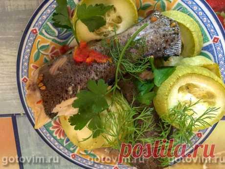 Форель с помидорами и кабачками, запеченная в кулинарном рукаве. Рецепт с фото Форель легко приготовить в духовке вместе с овощами. Удобнее делать это, используя рукав для запекания. В нем рыба сохранит сочность, точно не пересушится. И одновременно с форелью будет готов овощной гарнир.