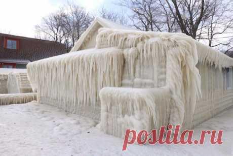 Дом на берегу озера Онтарио полностью покрылся льдом из-за разницы температур холодного атмосферного фронта из Канады и теплого из США. Фото: Джон Куко