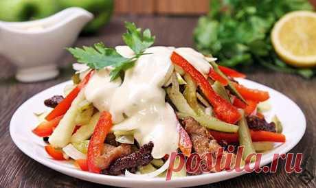 Салат «Пражский» - DYNASTY OF CHEFS 300 г постной свинины; 100 г солёных огурцов; 0,5 луковицы; 1 маринованный сладкий красный перец; 0,5 яблока; майонез; перец; соль