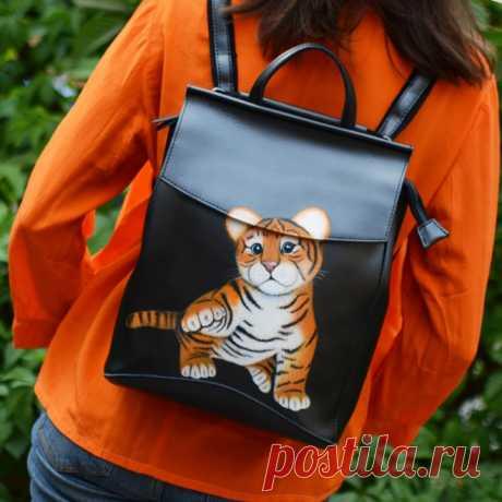 Игривый тигренок: создай яркий образ! Посмотрите на симпатичного малыша-тигренка! Он совсем не похож на опасного зверя: игриво поднял лапку, с любопытством смотрит вперед. Мы уверены: этот уникальный авторский рюкзак от одного из мастеров магазина M-Sweet не только сделает ваш образ характернее, но и подарит удовольствие от обладания качественной, действительно эксклюзивной вещью.