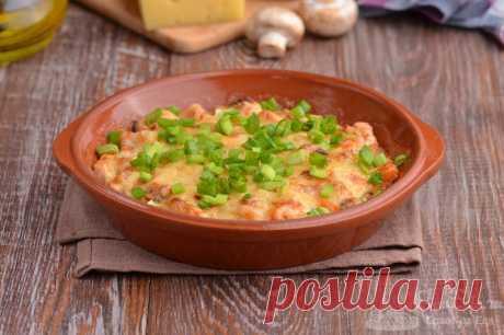 Горячая закуска с рыбой, грибами и сыром.  Готовим ароматную горячую закуску из рыбы, грибов, репчатого лука, помидора, твердого сыра и сметаны. Запекаем быструю закуску в духовке.