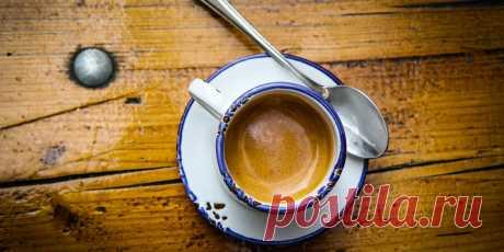 Как заказывать и пить кофе в Италии, чтобы на вас не смотрели косо Итальянцы пьют более 14 млрд чашек с напитками на основе эспрессо в год, что делает их рекордсменами по потреблению кофе в мире.Очень-очень много кофеина! В Италии работать бариста может только человек, прошедший минимум 2, а лучше 3 года обучения. Средний возраст бариста тут — около 45 лет. И этот невероятный опыт чувствуется в тот же…