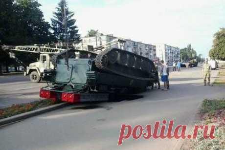 На Украине после парада опрокинулся зенитно-ракетный комплекс: Украина: Бывший СССР: Lenta.ru