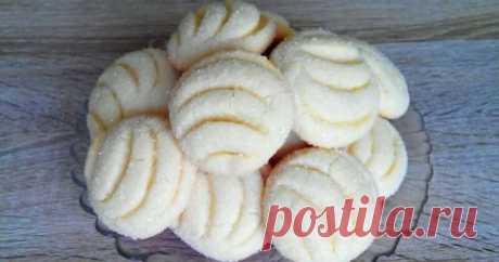Это печенье можно по праву назвать самым быстрым и вкусным. На замес теста вы потратите пару минут, а на выпекание — всего 10-15 минут! Никаких дорогостоящих ингредиентов — только простые продукты, которые можно найти дома. Крайне рекомендовано к приготовлению! Ингредиенты для печенья (мерный стакан 200 мл): 1 яйцо; 0,5 стакана сахара; 0,5 стакана растительного масла; 1 пачка ванильного сахара (10 гр); 1 ч. л. разрыхлителя; 1,5 стакана муки. Приступаем к приготовлению: 1. Яйцо смешать с сахаром