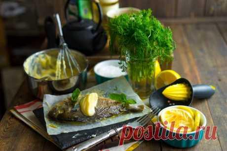 Белая рыба в соусе Бер Блан. В мире есть две кулинарных пословицы, которые сегодня соединятся вместе. Одна гласит, что «соус скрывает тысячу грехов», а вторая, что «три секретных ингредиента французской кухни — масло, масло и масло». Подыграем французам и приготовим рыбку в соусе Бер Блан