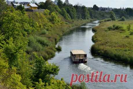 Фотография Суздаль. Едет коробчонка по маленькой речонке из раздела город №6856445 - фото.сайт - Photosight.ru