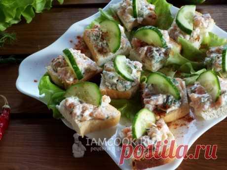 Нежные мягкие мини-бутерброды с сыром и малосольной красной рыбой .