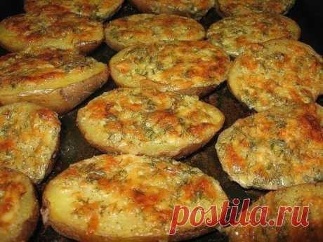 ЧЕСНОЧНАЯ КАРТОШКА Ингредиенты: · 5 картофелин · 100 гр мягкого сливочного масла · 5 ст.л. тертого Пармезана · 1 ст.л. сметаны · 3 очищенных и раздавленных дольки чеснока · 3 ст.л. мелко порезанной петрушки Приготовление: Тщательно моем картофель. Складываем его в кастрюлю. Затем наливаем воды, чтобы картошка была чуть прикрыта. Варим до готовности. Сливаем воду. Делаем чесночное масло: все ингредиенты перемешиваем, приправляем молотым перцем и если нужно, то солью. Картошку разрезать вдоль,