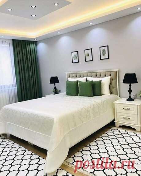 Очень приятная спальня с акцентами на зеленый цвет