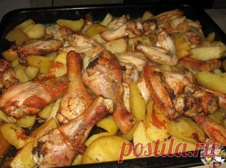 Картофель с курицей в духовке  Ингредиенты:  ● 1 кг картофеля ● 1 кг курицы (у меня половина от целой курицы) ● 200 г сметаны ● 1-2 зубчика чеснока ● соль ● перец  Приготовление:  Картофель почистить, порезать небольшими брусочками.Добавить 100 г сметаны, посолить, поперчить, перемешать.Выложить картофель в форму (у меня квадратная форма 25х25 см).Курицу порезать на несколько крупных кусков.Добавить 100 г сметаны и чеснок, выдавленный через чеснокодавилку. Посолить, поперч...