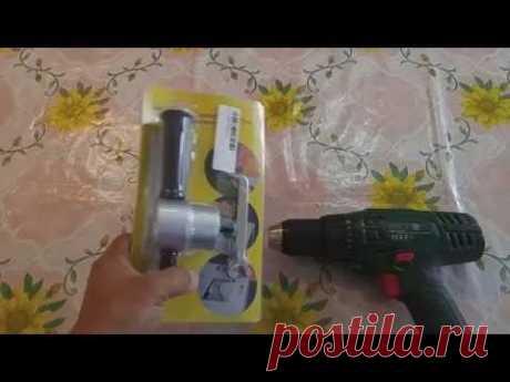 La tobera para shurupoverta, el electrotaladro para el corte de la hoja de lata