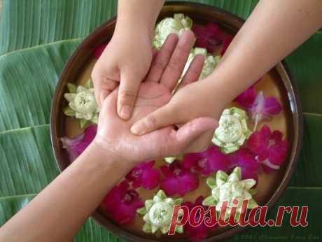 Массаж пальцев рук при депрессии  Неожиданно сильный эффект при депрессии оказывает простой массаж рук.  Дело в том, что согласно тибетской медицине зоны пальцев рук и точки ладоней — своеобразные окна здоровья. Каждый палец отвечает за свой орган.  • Большой палец отражает состояние легких, бронхов и печени. Массируя его, можно смягчить и даже снять любые приступы кашля.  • Указательный палец напрямую посылает сигналы в область всего пищеварительного тракта.  • Средний па...