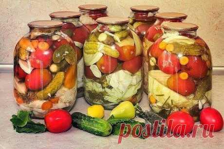 В стерилизованные банки положить, вымытые тщательно, разные овощи( репчатый лук, помидоры, цв. капуста, огурцы, морковь, кабачки и т. д.) , зелень ( укроп, лист ч/смородины, хрен, чеснока не жалеть), приправы(лавр. лист, черный перец горошком) — все кладу на глаз.  Далее заливаем банки с наполненными овощами крутым кипятком и даем остыть, примерно , до теплого состояния.  Затем, готовим рассол. На 6 л. воды — 8 ст. л. соли, 15 ст. л. сахара , вскипятить.  Когда банки остын...