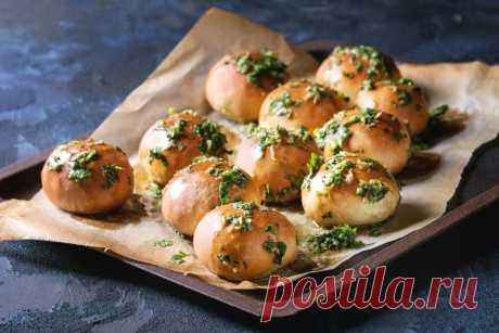 Пампушки с чесноком к борщу: рецепт от Шефмаркет Пампушки - это небольшие булочки, в которых так или иначе фигурирует чеснок. Они подаются к борщу вместо хлеба.
