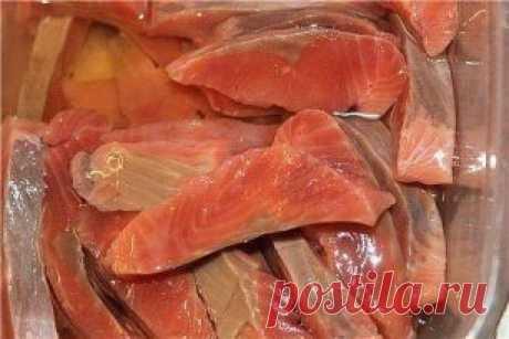 Нежная малосоленая горбуша Как известно, горбуша - рыба довольно суховатая и постная. Но при таком способе засолки превращается в благородную семгу. Нежная, сочная! Готовится очень быстро и можно дегустировать уже через час. Понадобится филе горбуши, порезанной на ломтики. Если рыба мороженая, размораживать не надо. Мороженую рыбу резать легче - кусочки получаются аккуратнее. Сделать солевой раствор с холодной кипячёной водой, очень насыщенный. На 1л. 4 - 5 ст.л. соли Если...