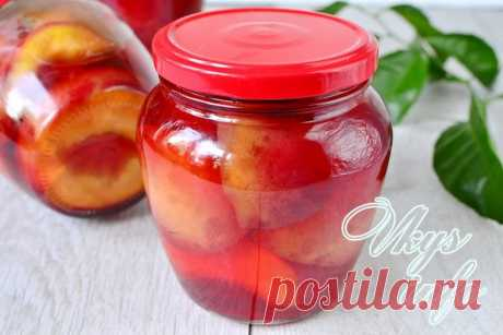 The peaches in syrup for the winter preserved by halves without stone