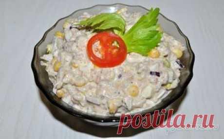 Салат с консервированной сайрой К обычному для салатов с консервированной рыбой набору компонентов – яйцам и рису – добавлены зеленый салат и отварная кукуруза. Получается вкусный салат, который можно еще использовать как топпинг для бутербродов.