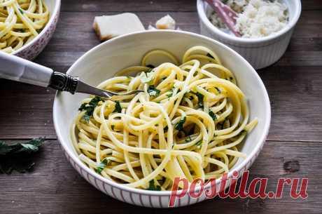 Спагетти с чесноком и петрушкой Вкуснейшие ароматные спагетти с оливковым маслом, чесноком и петрушкой.