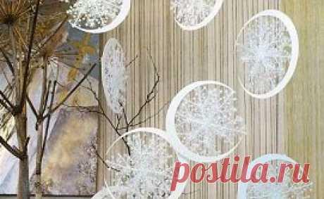 Подвесные новогодние украшения: Снежные Луны. Мастер-класс Удивительно легкие, изящные, воздушные новогодние украшения можно сделать своими руками за минимальное количество времени. Снежные Луны придают комнате потрясающий объем, делают интерьер «зимним», новогодним, даже таинственным и сказочным. Придумала эти невероятные новогодние снежинки великолепный дизайнер Наталья Тикк. Понадобится: -Снежинки разных размеров – пластиковые (продаются сейчас повсеместно) или собствен...