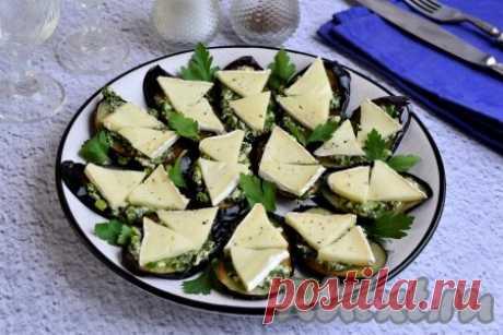 """Жареные баклажаны с зеленью и чесноком - 11 пошаговых фото в рецепте Жареные баклажаны с зеленью и чесноком - превосходная закуска, которая украсит любой праздничный стол. Сочетание баклажанов, чесночно-сырного соуса и сыра """"Бри"""" - это нечто! Рекомендую блюдо на все 100%! Вместо сыра """"Бри"""" можно использовать любой твёрдый сыр. Ингредиенты"""