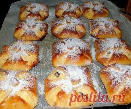 Венгерские ватрушки Ингредиенты: Для теста: 500 грамм муки 3/4 стакана сахара 2 яичных желтка 300 грамм молока 10 грамм сухих дрожжей 1 яйцо для смазывания ватрушек щепотка соли сахарная пудра  Для начинки: 400 грамм творога 5 столовых ложек сахара 2 яичных желтка 2 яичных белка 1 столовая ложка манки 3 столовые ложки изюма тертая цедра 1 лимона  Приготовление:Дрожжи растворить в теплом молоке. Дать постоять 10 минут, чтобы дрожжи стали активными. Просеять муку. Смешать с ...