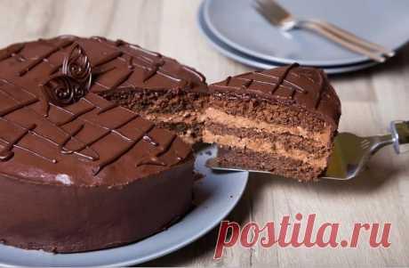 ПРАЖСКИЙ ТОРТ — РЕЦЕПТ ПРИГОТОВЛЕНИЯ   Рецепт легендарного шоколадного торта, который в свое время был придуман кондитером московского ресторана Прага. Как приготовить торт Прага, смотрите в нашем рецепте    ИНГРЕДИЕНТЫ  Для теста  Сахар 1 ст   Яйца 3 шт   Сметана 1 ст   Мука 1,5 ст   Сгущенное молоко 0,5 банки   Какао 2 ст.л.   Сода 1 ч.л.   Для крема  Сгущенное молоко 0,5 банки   Сливочное масло 150 г   Для глазури  Сливочное масло 50 г   Сахар 4 ст.л.   Молоко 2 ст.л.  ...