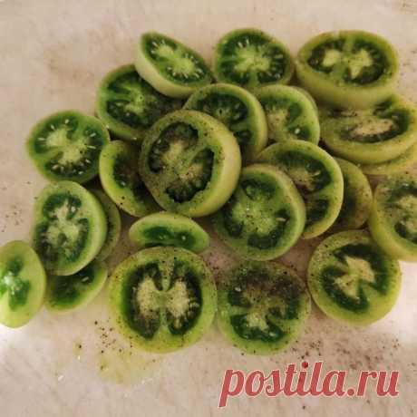 Жареные зелёные помидоры в кафе Полустанок.  С молочной подливкой и без нее.