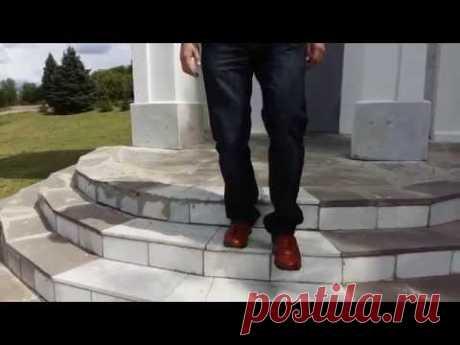 Как правильно подниматься и спускаться по лестнице.  How to go up and down stairs