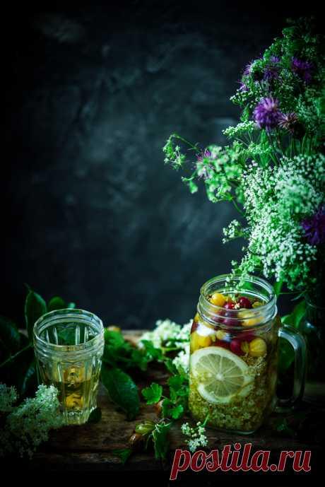 Водка на бузине с крыжовником  Сегодня я вам покажу вполне такой вполне себе купальский напиток, который я поставила настаиваться на цветах бузины еще в конце мая, а в конце июня дополнила его крыжовником. Постоит еще месяцок, и будет то, что надо...