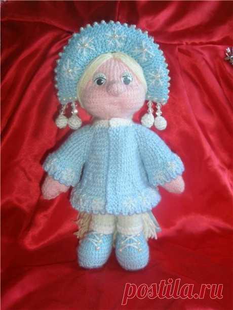 Вязаная куколка Сенегурочка. Описание