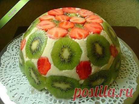""""""" ФРУКТОВЫЙ ТОРТ """" - он без выпечки. Этот торт универсален тем, что  можно менять фрукты и ягоды на ваш вкус.    Ингредиенты:  1. Сметана - 500 гр. ( Вместо сметаны можно использовать - Сливки 35%.)  2. Фруктов и ягод - 300 гр.  3. Готовый бисквит - 200 гр. ( С бисквитом торт нежнее, но можно и любое печенье). 4. Сахар - 200 гр. 5. Желатин - 30 гр.   ПРИГОТОВЛЕНИЯ :  1.  Желатин всыпать в небольшую е..."""