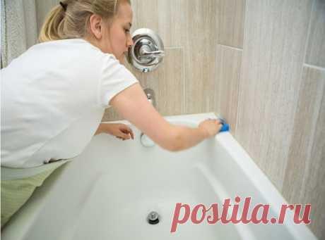 Лёгкий способ, который поможет отмыть чугунную ванну от налёта и она станет белоснежной   Сегодня я хочу с Вами поделиться своим способом, которым я отмываю свою чугунную ванну.   Работать нужно обязательно в перчатках. Первым делом включаем горячую воду и ополаскиваем всю ванную. Делается это для того, чтобы смыть мелкие мусоринки или волосы, которые скопились на поверхности ванны. А также для того, чтобы увлажнить всю поверхность ванны.   Затем нам понадобится обычная пи...