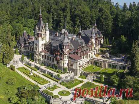 «Замок Пелеш укрыт в красивых зеленых холмах Карпат в центральной Румынии. Во время поездки в небольшую, но живописную горную деревню Синайа, Вы будете очарованы внушительной архитектурой замка, относящейся к эпохе Нео-Ренессанса. Построенный в начале 20-ого столетия, замок в наше время является одной из самых больших исторических достопримечательностей в Румынии. Внутри Вы будете ошеломлены изобилием щедрых коллекций брони, оружия, художественных работ и других интересных...