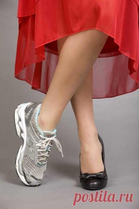 Как правильно и красиво сочетать платье и кроссовки С тех пор, как во время беременности распрощалась с каблуками, так к ним и не возвращалась. Внезапно для себя обнаружила, что платье отлично сочетается не только с каблуками и балетками, но и с кроссо...