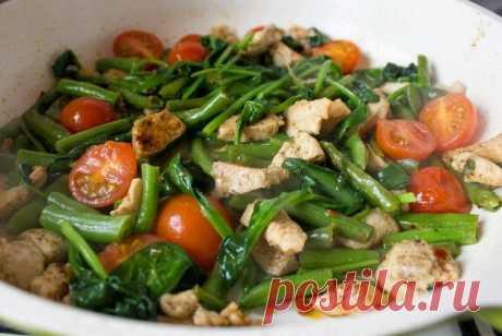 Вкусно и полезно: Курица с фасолью, шпинатом и помидорами