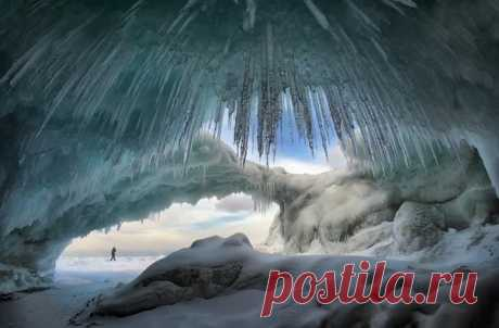 Нет! Не напрасно иногда Зимой лютуют холода! - Застыли волны на Байкале, Создав перголу изо льда... Автор фото: Игорь Глушко.