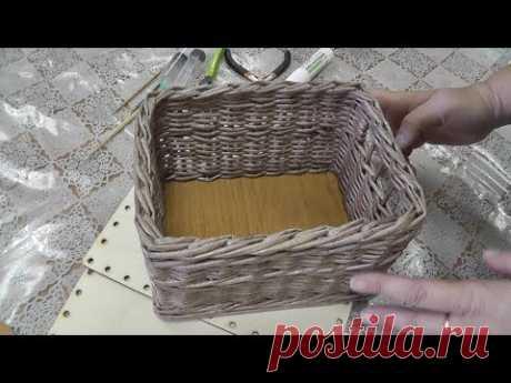 Короб для мелочей на фанерном донышке. Плетение из газетных трубочек