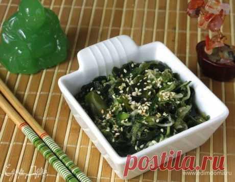 Японский салат из огурцов «Суномоно». Ингредиенты: огурцы, водоросли, соль