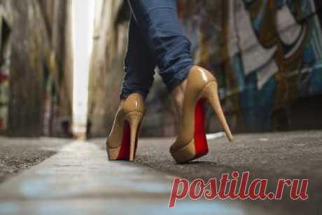 Полезные секреты, которые облегчат жизнь любительницам туфель на каблуках Огромная гардеробная комната с большим количеством красивой обуви… Об этом, наверное, мечтает каждая. И правда, что может быть красивее стильной женщины в модном наряде и крутых лодочках на высокой шп…