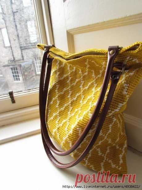 Марокканская сумка - Moroccan tote. Автор: Sol Rencoret.  Эта сумка связана крючком в технике тапестри - получилась прекрасная плотная ткань с красивым марокканским рисунком.  Сумка связана по спирали. Кожаные ручки и ткань подкладки завершат работу, чтобы создать идеальную летнюю сумку.  Размеры сумки 36 см х 30 см.  28 петель х 22 ряда = 10 см  Крючок 2,5 мм