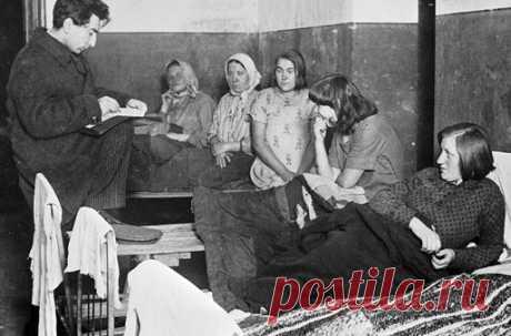 Перепись населения 1937 года: за что Сталин казнил её организаторов Сбор данных проводился в Советском союзе не единожды. Однако только перепись 1937 года имела столь страшные последствия. Многие из ее организаторов оказались в лагерях, а некоторые, в том числе и начальник статистического управления Иван Краваль, были расстреляны.