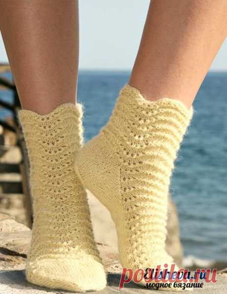 Socks with a wavy pattern from Drops Design. Vyazannye spokes
