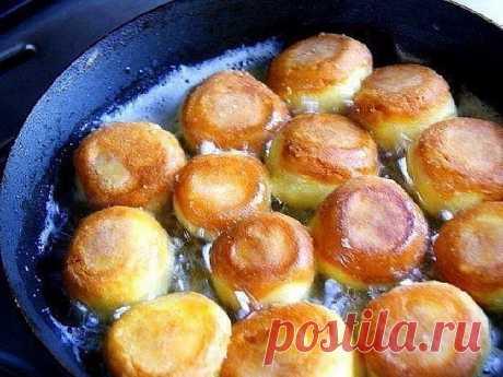 Сырные шарики с чесноком Сырные шарики — очень вкусное и популярное блюдо. Существует много способов их приготовить. Предлагаю Вам несложный рецепт жареных сырных шариков с чесноком. Продукты: сыр твердый (200 г) яйца куриные (3 шт...