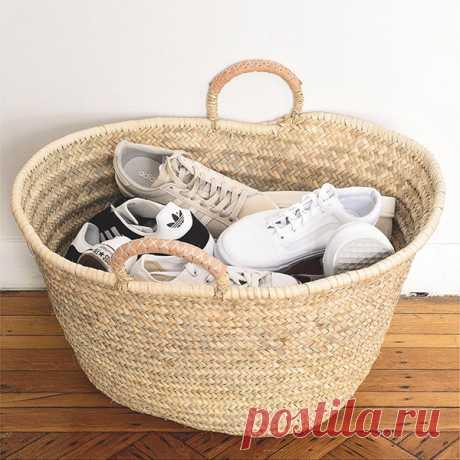 В корзинах удобно хранить обувь. Их легко перемещать, и они неплохо смотрятся в интерьере. Такая корзина может создать настроение в помещении — уютное, домашнее и очень отпускное.