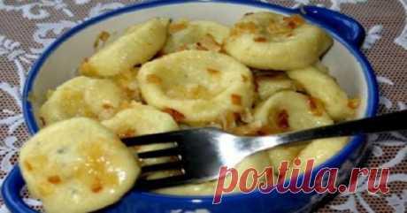 Ленивые вареники с картошкой — это так вкусно и быстро!   Ингредиенты: 400 грамм картофеля (примерно 2 очень крупных или 4 средних клубня);170 грамм пшеничной муки;80 грамм манной крупыпол чайной ложки соли;чайная ложка сухой сладкой паприки; Зажарка:  одн…