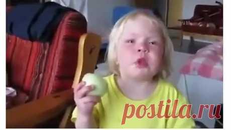 Так аппетитно ест лук, как - будто яблоко )